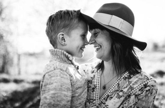 Äiti ja poika perhekuvauksessa valokuvaaja Kouvola