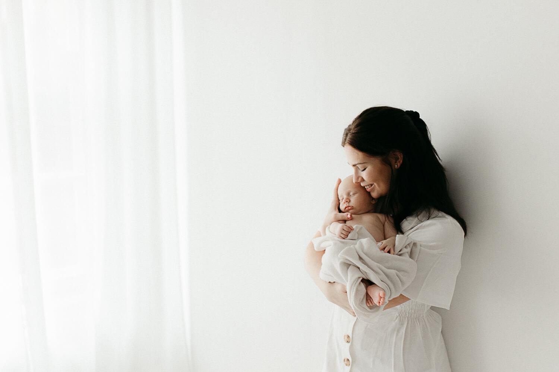 Newborn kuvaus studiolla vanhempien kanssa.