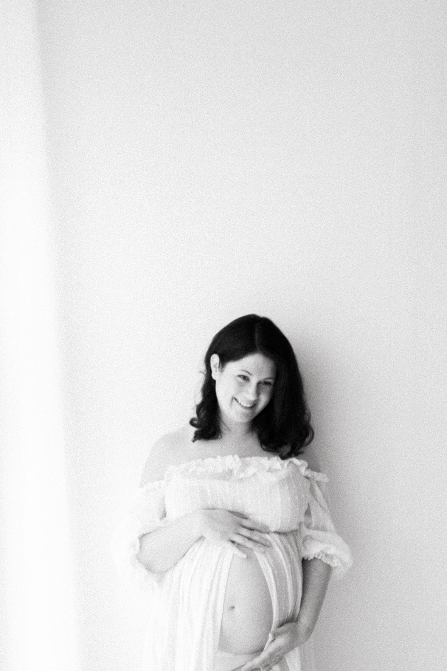 Kaunis odottava äiti studiokuvissa valokuvaus Kouvola